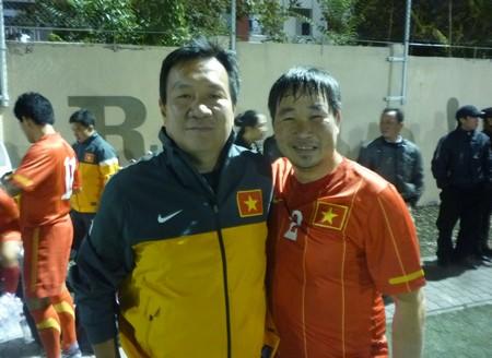 Đào Thế Quang, cựu danh thủ của giới sinh viên, tự hào khoác áo U23 Việt Nam trong trận giao lưu với tuyển cộng đồng ngày 21-9-2013. Bên cạnh anh là HLV trưởng U23 Hoàng Văn Phúc - Ảnh tư liệu