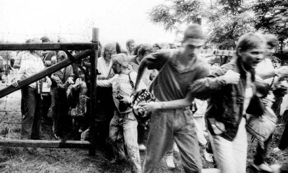 Đoàn người Đông Đức ào qua biên giới mà không gặp phải sự cản trở của biên phòng Hungary - Ảnh tư liệu