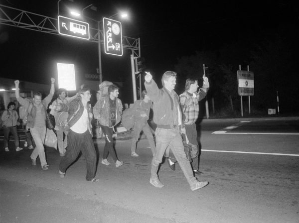 Chỉ ít tuần sau, đêm 10-9-1989, người Đông Đức đã có thể rời Hungary một cách đường hoàng bằng hộ chiếu của mình, khi biên giới được mở trong một thời gian dài - Ảnh: Várkonyi Péter (MTI)