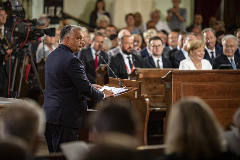 """Thủ tướng Orbán Viktor, thủ lỉnh của quan điểm """"dân chủ phi tự do"""", 30 năm sau Picnic Toàn Âu đã cho rằng việc dỡ bỏ Bức màn sắt thời đó và dựng lên hàng rào sắt ngăn biên giới hiện tại là đều nhằm cùng một mục đích"""