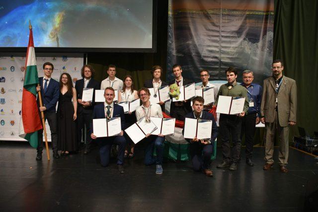 Thí sinh Hungary Varga Vázsony nhận HCĐ từ GS. VS. Kiss László, Chủ tịch Ủy ban Chuyên môn của cuộc thi - bên trái là các thí sinh Mendei Barna, Kozák András và Soós Benjámin cũng đoạt HCĐ