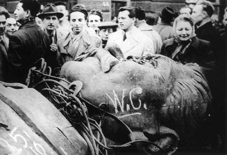 Pho tượng đồng khổng lồ nhà độc tài Stalin với chiều cao 18m bị nhân dân Hungary lật đổ trong cuộc cách mạng dân chủ mùa thu năm 1956. Budapest, ngày 23-10-1956 - Ảnh tư liệu