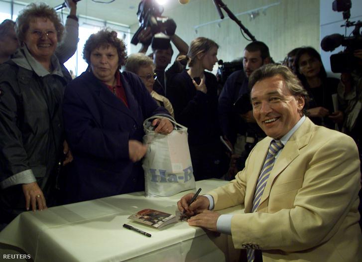 Ký tặng khán thính giả hâm mộ tại Hannover, tháng 7-2000 - Ảnh: Reuters