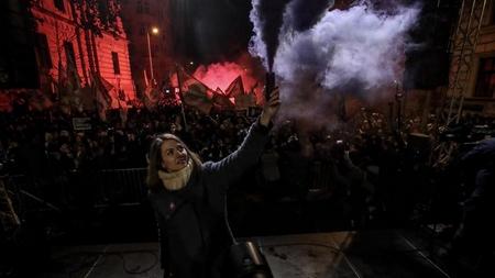 Donáth Anna (31 tuổi), nhà xã hội học, Phó Chủ tịch đảng thanh niên Momentum trong đêm 16-12-2018 - Ảnh: Huszti István (index.hu)