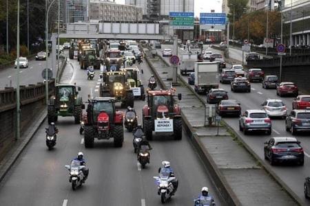 """Biểu tình """"máy cày máy kéo"""" trên quốc lộ A6 dẫn thẳng vào đại lộ chính Champs Elysee của Paris hôm 27-11-2019 - Ảnh: Internet"""