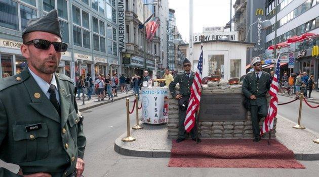 Không còn bóng dáng những người lính, Checkpoint Charlie có còn giữ được hình ảnh của nó?