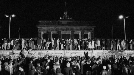Người dân Đông và Tây Đức ăn mừng bên bức tường Berlin vào đêm 9-11-1989 - Ảnh: Fabrizio Bensch (Reuters)