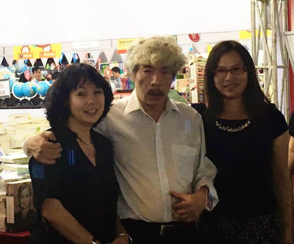 Nhà văn Bảo Ninh cùng dịch giả Hạ Lộ (thứ nhất, bên phải sang)