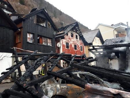 Vài ngôi nhà gỗ bị cháy rụi