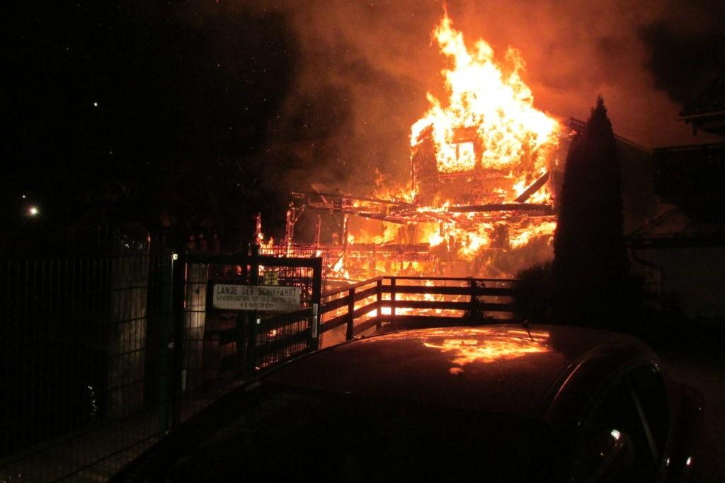 Rất may là không có người trong các nhà gỗ bị cháy