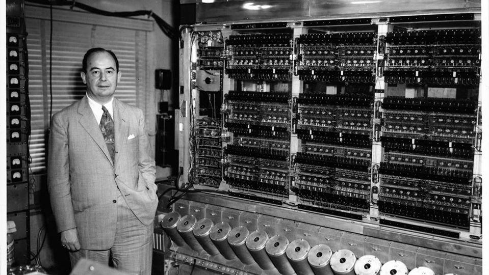 Người cha của máy điện toán kỹ thuật số bên cạnh công trình của mình
