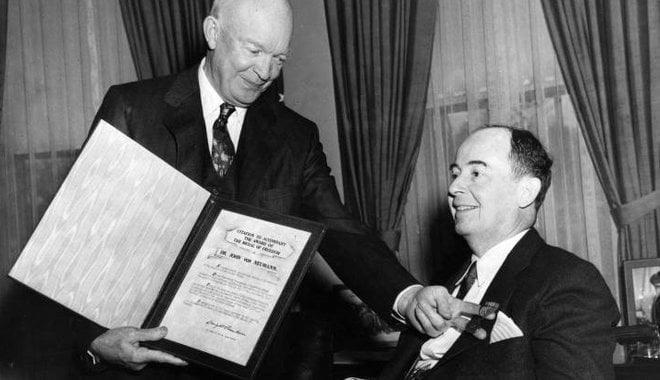 Neumann János (phải) nhận huân chương cao quý nhất của nước Mỹ từ tổng thống Hoa Kỳ