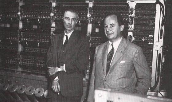 Neumann János và nhà bác học Mỹ J. Robert Oppenheimer (trái), một trong những lãnh đạo khoa học của đại dự án phát triển bom nguyên tử Manhattan