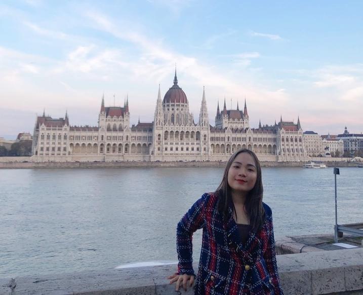 Tác giả chụp trước Tòa nhà Nghị viện, nhìn từ bên kia sông Danube
