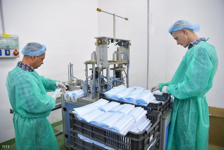Các tù nhân thụ án tại Trại Thi hành án tỉnh Hajdú-Bihar trong quá trình sản xuất khẩu trang - Ảnh: Czeglédi Zsolt (MTI)