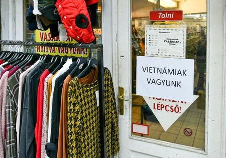 """Bà con Việt trương biển """"Chúng tôi là người Việt!"""" tại các cửa hàng ngoài phố tại Budapest - Ảnh: 24.hu"""