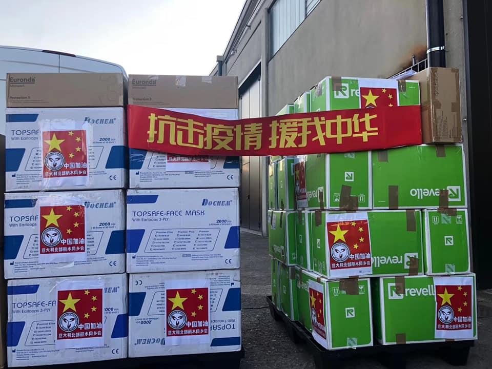 Hoa kiều tại Ý gửi các vật dụng y tế về nước để cứu trợ đồng bào - Ảnh: Facebook của Lý Chấn Árpád