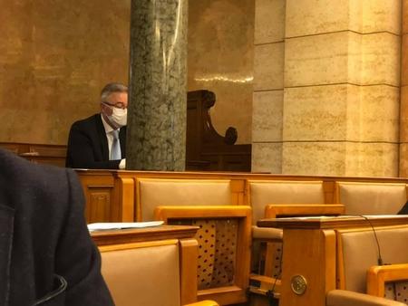 """Dân biểu B.Nagy László """"trốn"""" cách ly, vào họp Quốc hội - Ảnh: Facebook của Bangóné Borbély Ildikó"""