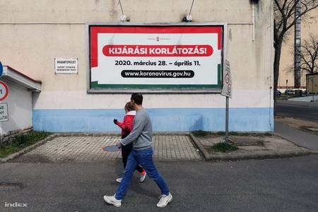Áp-phích thông báo về lệnh hạn chế ra đường của chính phủ Hungary - Ảnh: Nagy Attila Károly (index.hu)