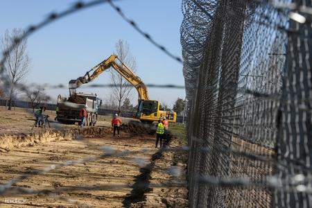 """Bệnh viện """"dã chiến"""" đang được xây dựng tại vùng Kiskunhalas, gồm các container ghép lại - Ảnh: Huszti István (index.hu)"""