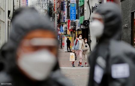 Quân đội và người dân đều đeo khẩu trang trong mùa dịch ở Daegu, một trong những tâm dịch tại Hàn Quốc - Ảnh: Kim Kyung-Hoon (Reuters)