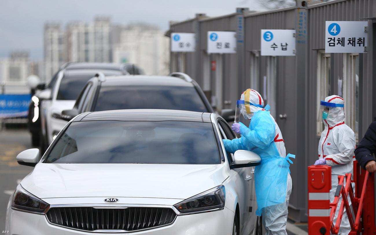 Các nhân viên y tế xét nghiệm Coronavirus tại một bệnh viện ở Daegu - Ảnh: Yonhap/AFP