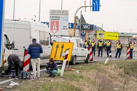 Tắc nghẽn tại biên giới Hung - Áo vì quyết định đóng cửa biên giới của Hungary - Ảnh: Krizsán Csaba (MTI)