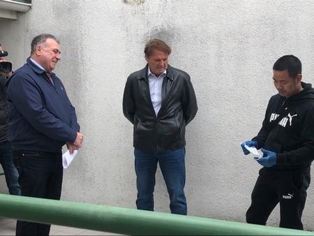 Thị trưởng Vezér Mihály và Đinh Văn Hoàn trong buổi trao quà tặng cho cơ sở y tế địa phương - Ảnh: Facebook của Thị trưởng Vezér Mihály