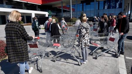 Xếp hàng trước một cửa hiệu tại thủ đô Podgorica, ngày 16-3-2020 - Ảnh: Savo Prelevic (AFP)