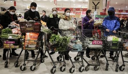 Người dân mua hàng trong mùa dịch tại một siêu thị ở Vũ Hán, Trung Quốc. Ngày 25-1-2020 - Ảnh: Stringer