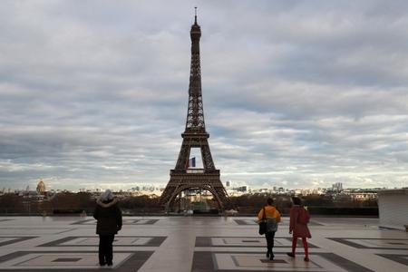 Tháp Eiffel vắng tanh trong mùa đại dịch Covid-19 - Ảnh: Ludovic Marin (AFP)