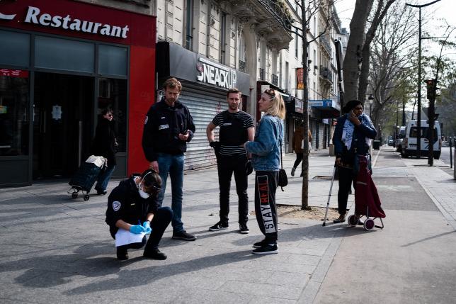 Cảnh sát Pháp kiểm tra sự tuân thủ lệnh giới nghiêm trên đường phố - Ảnh: Hans Lucas/ Antoine Martin (AFP)