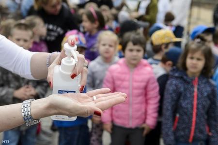 Rửa tay, khử trùng đóng vai trò tối quan trọng trong cuộc chiến chống lây nhiễm - Ảnh: Komka Péter (MTI)