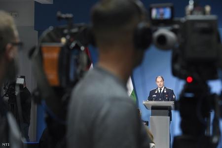 Đại tá Lakatos Tibor, người đứng đầu Trung tâm Trực ban, Ban chỉ đạo Phòng chống Coronavirus trong cuộc họp báo diễn ra hàng ngày - Ảnh: Bruzák Noémi (MTI)