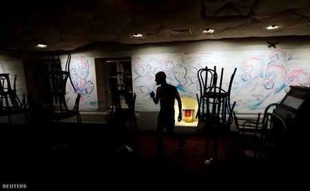 Dọn dẹp một quán rượu trước khi bị đóng cửa. Praha, ngày 13-3-2020 - Ảnh: David W Cerny (Reuters)
