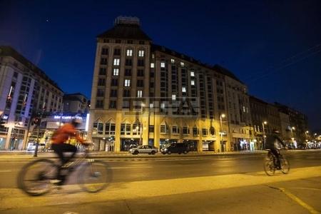 Dệt hình trái tim tại Khách sạn Mercure Budapest Korona, trung tâm Budapest ngày 20-3-2020 - Ảnh: Marton Monus (MTI)