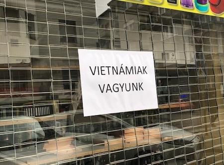 Một số cửa hiệu của người Việt phải ghi dòng chữ để khách hàng khỏi nhầm với người Hoa - Ảnh: alfahir.hu