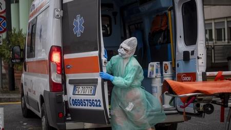 Một nhân viên y tế trước một bệnh viện tại Roma, Ý, ngày 27/3/2020 - Ảnh: Antonio Masiello