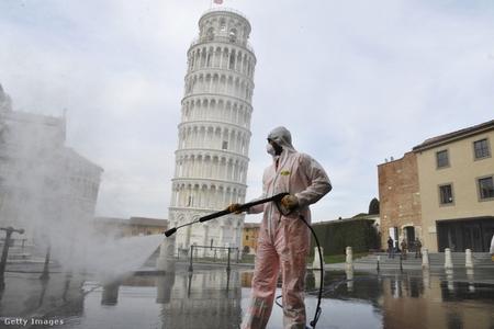 Khử trùng trước Tháp nghiêng Pisa, Ý, ngày 17-3-2020 - Ảnh: Laura Lezza