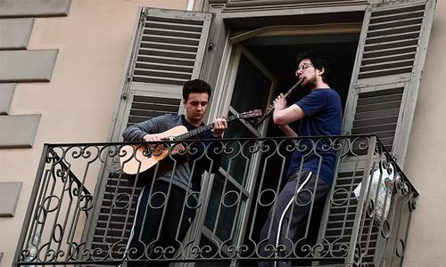 Người Ý hát bên ban công để khích lệ tinh thần nhau