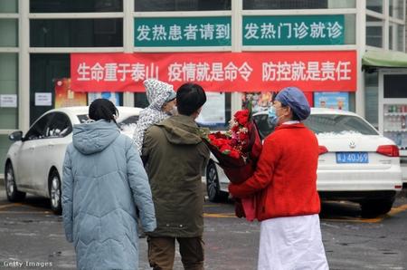 Một gia đình lành bệnh Covid-19 được xuất viện tại Bắc Kinh, ngày 14-2-2020. Không có gì đảm bảo họ sẽ không bị tái nhiễm! - Ảnh: Roman Balandin