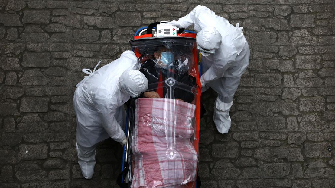 Một ca lây nhiễm được đưa vào viện ở Hán Thành (Seoul, Nam Hàn) ngày 8-3-2020. Tại nước này, có rất nhiều trường hợp bệnh nhân được coi là lành bệnh lại bị tái nhiễm - Ảnh: Chung Sung-Jun