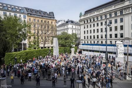 Biểu tình phản đối những biện pháp hạn chế của chính quyền do Covid-19 tại Quảng trường Albertinaplatz, Vienna (Áo) - Ảnh: Christian Bruna (MTI)