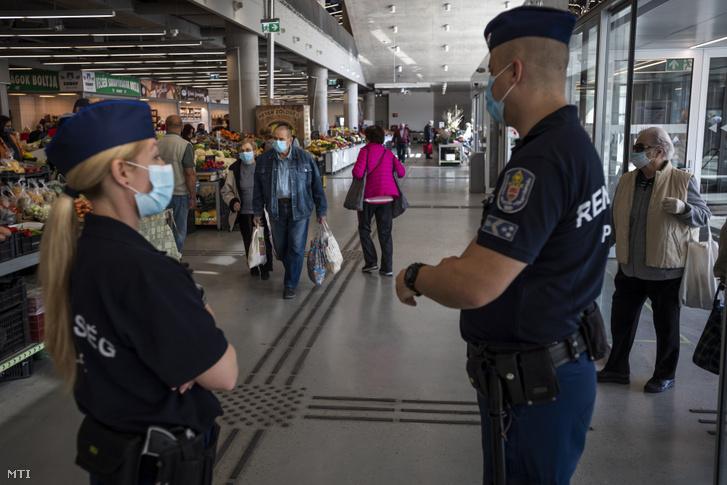 Cảnh sát ở Chợ Újpest, ngày 11/4/2020. Chính quyền quận bắt buộc đeo khẩu trang hoặc bịt khăn che mặt và mũi trong khuôn viên chợ do tình hình dịch bệnh - Ảnh: Mónus Márton (MTI)