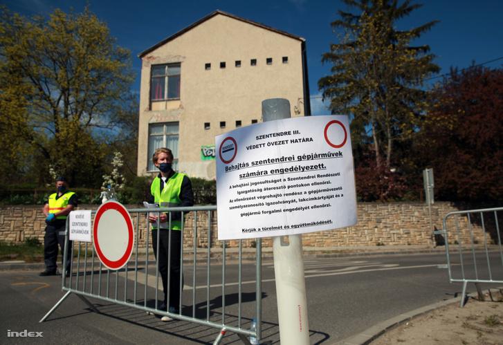 """Đường vào TP. Szentendre bị ngăn, chỉ cho cư dân địa phương """"nhập cảnh"""" - Ảnh: Földes András (index.hu)"""