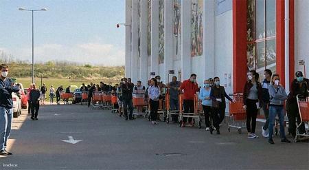 Đoàn người đi mua sắm vẫn đông đảo - Ảnh: index.hu