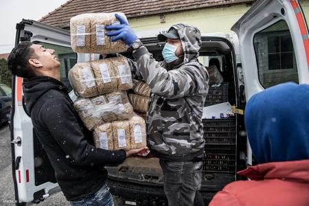 """Có những vùng quê của Hungary đã phải cứu trợ vì """"đói trước khi virus đến"""" - Ảnh: Bődey János (index.hu)"""
