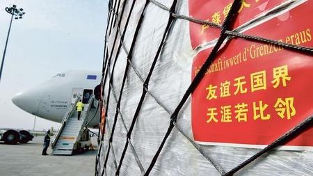 """Lô hàng khẩu trang chuyên chở tới Châu Âu được chất lên một máy bay tại đường băng sân bay Trịnh Châu (Trung Quốc) - Ảnh: """"Tân Hoa Xã"""""""