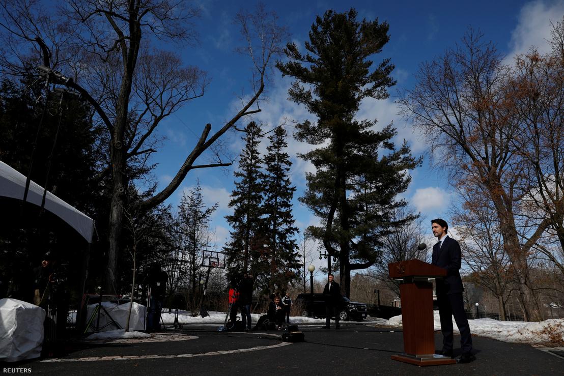 Thủ tướng Canada Justin Trudeau chủ trì họp báo tại tư gia, ngày 13-3-2020 - Ảnh: Blair Gable (Reuters)
