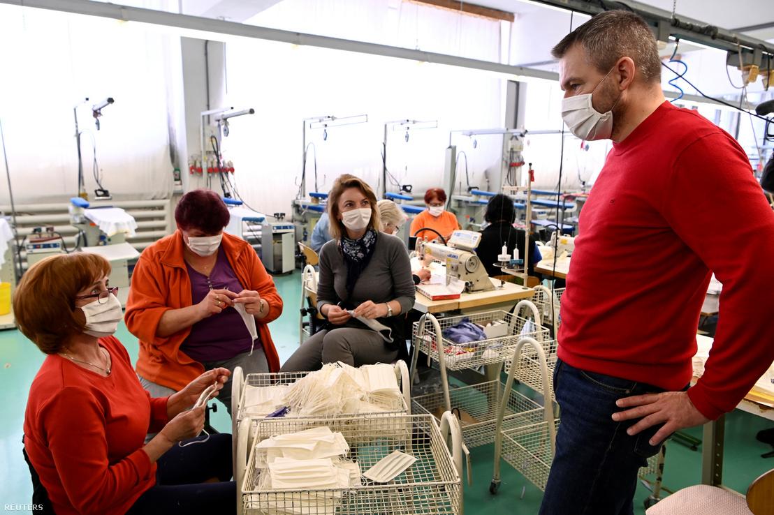 Thủ tướng Slovakia Peter Pellegrini tại phân xưởng Zornica Banko Fashion - Ảnh: Radovan Stoklasa (Reuters)